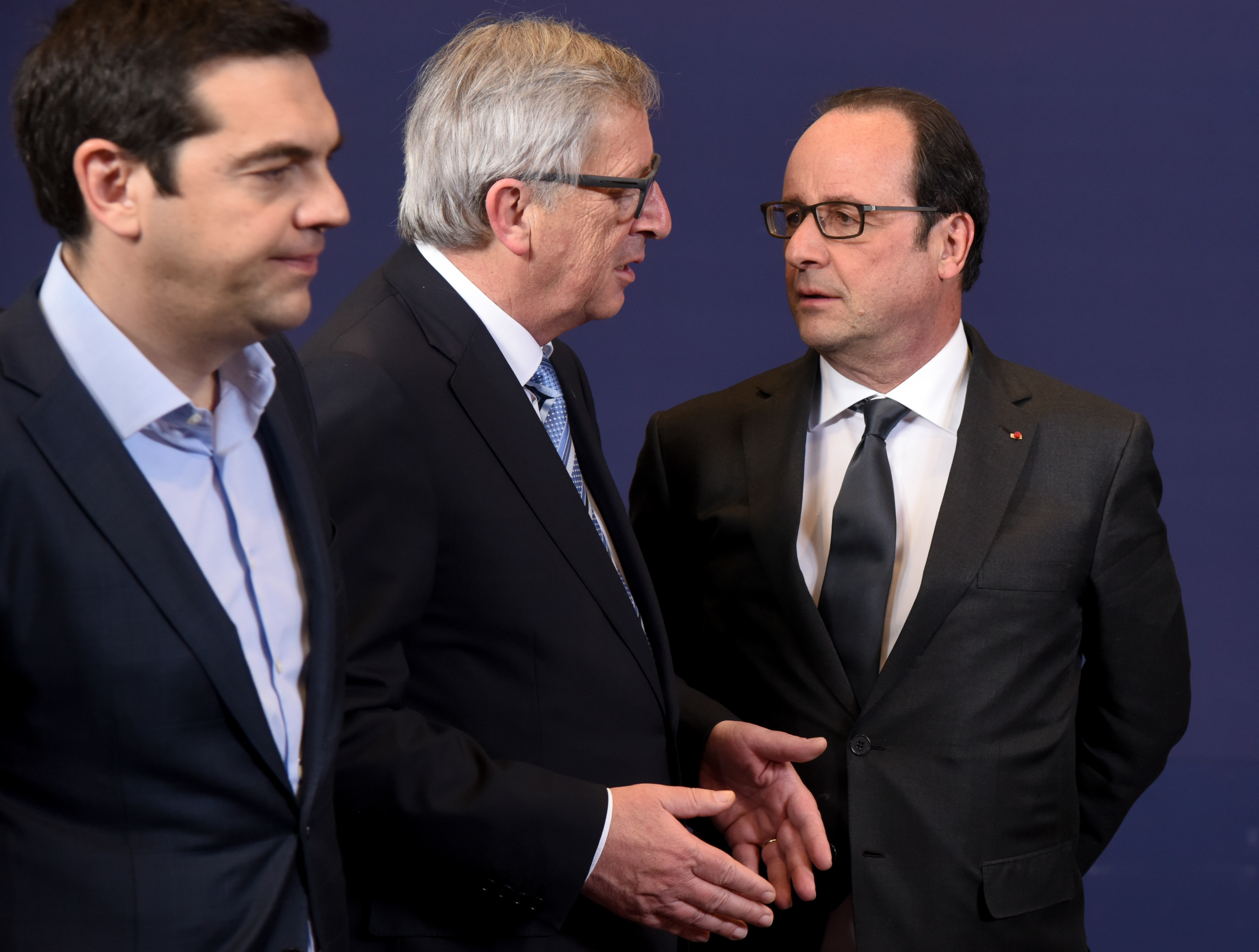 Discussion between François Hollande, President of the French Republic, on the right, and Jean-Claude Juncker, in the centre, in the presence of Alexis Tsipras, Greek Prime Minister